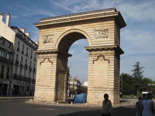 L'arc de triomphe place Darcy